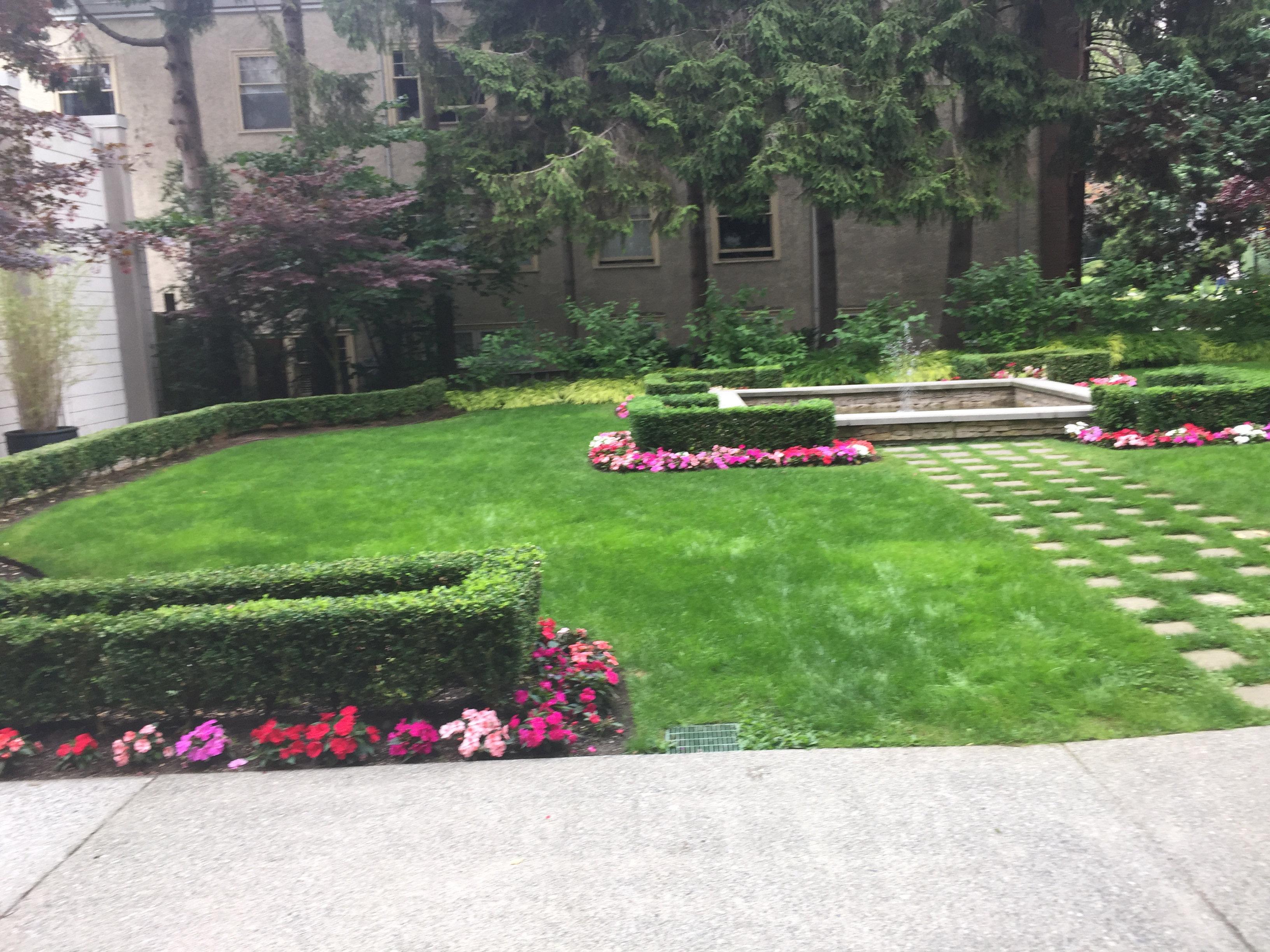 1850comox-Courtyard!