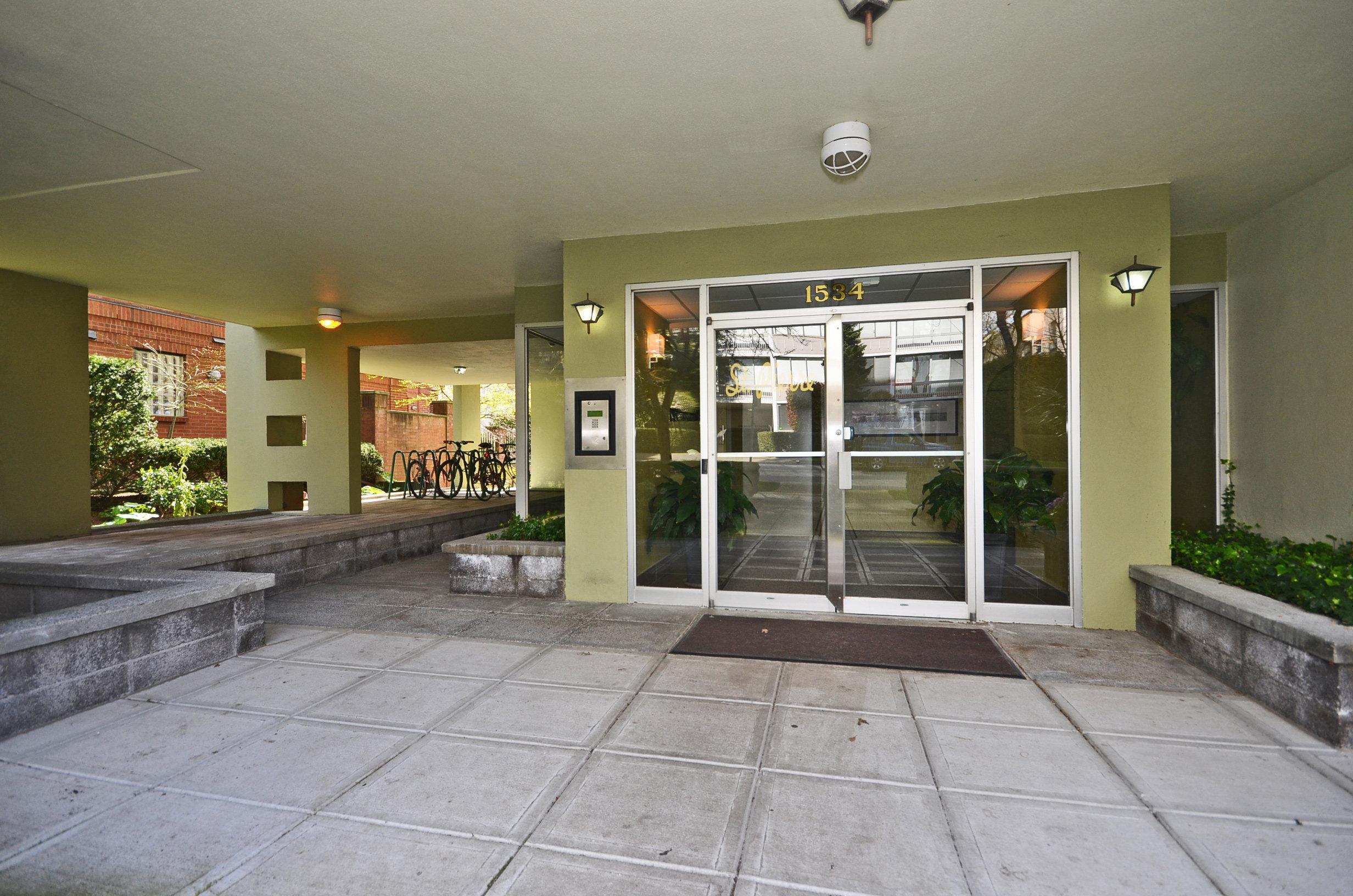 1534 Harwood Street Lobby!