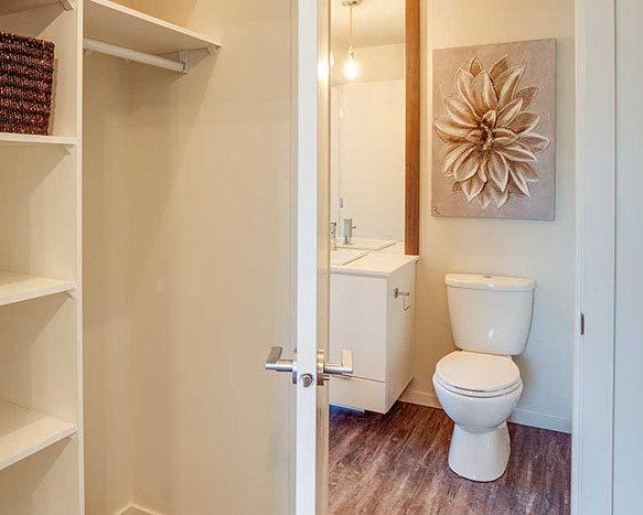1350 St Paul St, Kelowna, BC V1Y 2E1, Canada Bathroom!