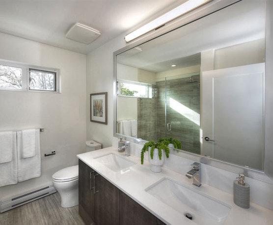 503 E 44th Ave, Vancouver, BC V5W 1W4, Canada Bathroom!